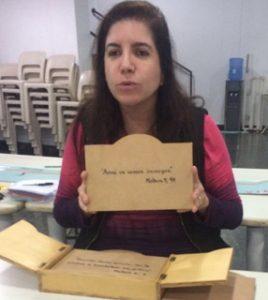 A catequista Lilian Bueno apresentando às crianças material com versículos bíblicos./ Foto: Arquivo Pessoal.