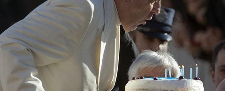 Peregrinos presenteiam Francisco com bolo por seu aniversário