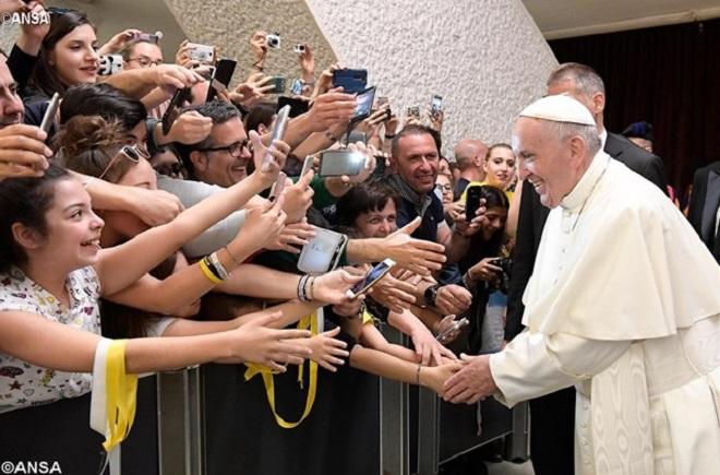 Jovens ao Papa: se poderosos da terra não se comovem, o que será de nós?